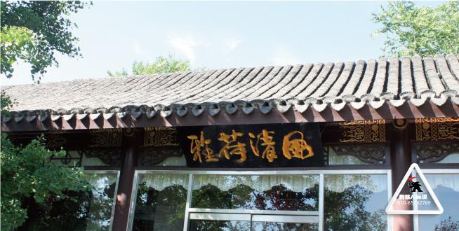 北宫国家森林公园,位于北京市丰台区西北部山区,因帝王憩地而得名。公园始建于2002年10月,2005年12月被国家林业局正式批准为国家级森林公园,2008年被批准为国家4A级景区。公园占地面积9.145平方公里,园内有12处亭、廊、阁、塔等人文景观,是西部生态建设中的亮点。北宫标识系统的设计思路以简洁、大方、实用为主线。造型大方别致,传统的立柱与面板,巧妙的与现有建筑避开冲突。现了传统文化与建筑特征的完美结合。制作材质上选择绿可木、菠萝格木互相贯通,凸显材质混搭之美。